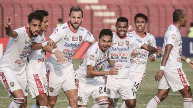 Para pemain Bali United merayakan gol