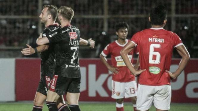 Bomber Bali United, Ilija Spasojevic (kiri), melakukan selebrasi