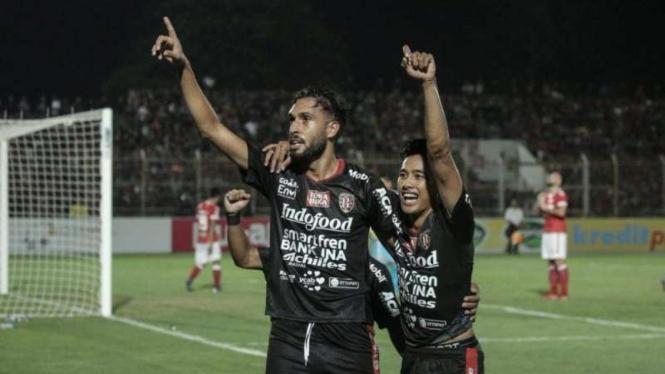 Pemain belakang Bali United, Willian Pacheco (kiri), melakukan selebrasi