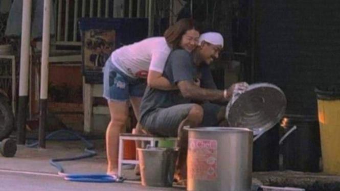 Foto pasangan yang viral di Facebook