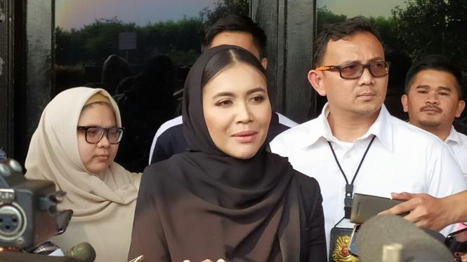 Denada saat kunjungi Jerry Aurum di Polres Jakarta Barat.