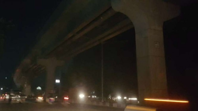Lampu penerangan jalan di bawah jalur LRT di Putus PLN karena nunggak bayar.