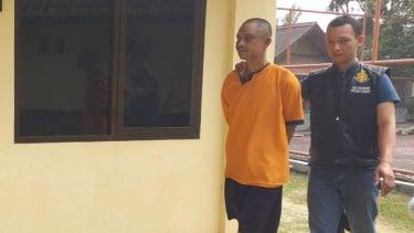 Polisi memeriksa seorang pria tersangka pencabul anak kandungnya di Markas Polsek Malangbong, Kepolisian Resor Garut, Jawa Barat, Selasa, 2 Juli 2019.