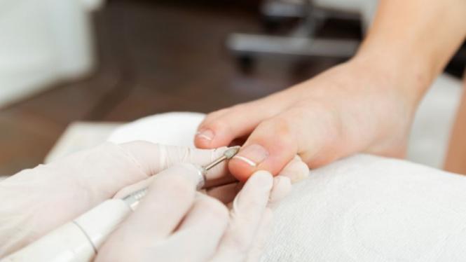 Ilustrasi perawatan kuku/manicure/pedicure.