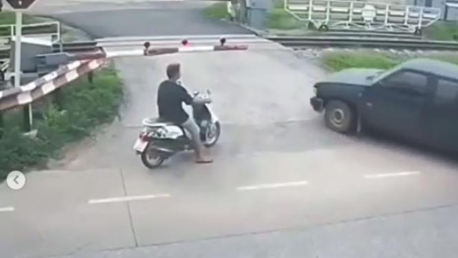 Mobil menerobos perlintasan kereta