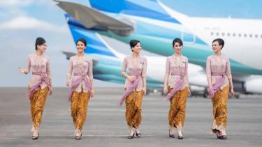 Pramugari Garuda Indonesia kenakan Kebaya.