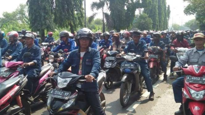 Aksi hari kedua ribuan buruh PT Krakatau Steel (KS) untuk menolak PHK massal.