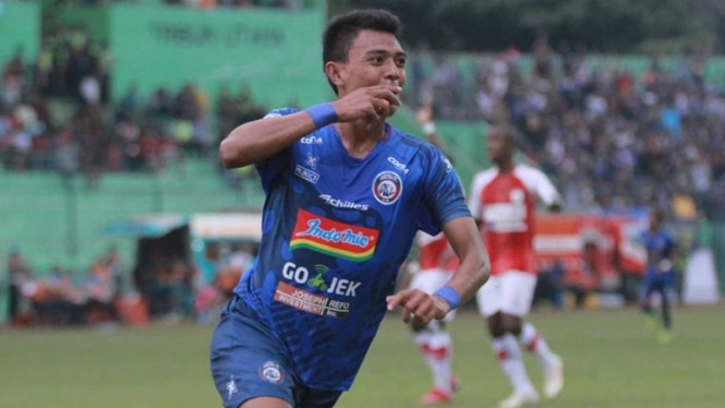 Striker Arema FC, Dedik Setiawan melakukan selebrasi usai bobol gawang Persipura