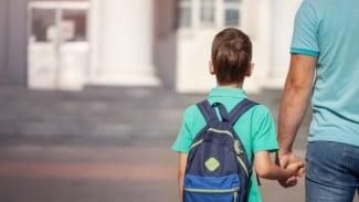 Ilustrasi orangtua antar anak ke sekolah.