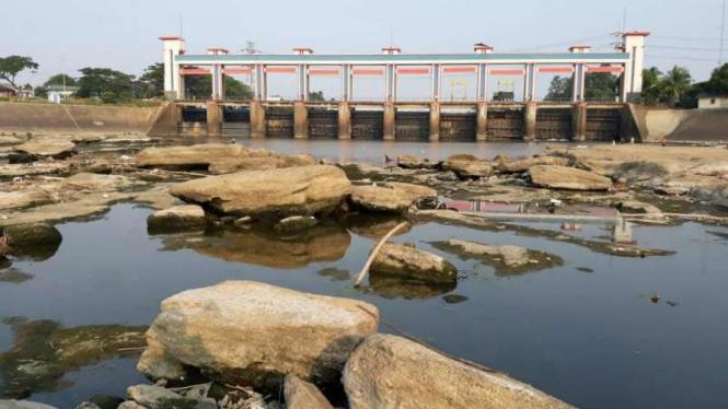 Debit Sungai Cisadane Menyusut