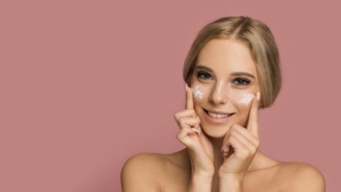Ilustrasi wanita/merawat kulit/skincare.