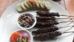 https://thumb.viva.co.id/media/frontend/thumbs3/2019/07/06/5d2032068ee20-sate-daging-domba-di-gourmet-sate-house-kuta-bali_151_85.jpg
