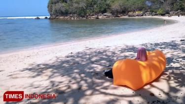 https://thumb.viva.co.id/media/frontend/thumbs3/2019/07/06/5d204bab230f4-rayuan-pantai-banyu-meneng-bikin-pengunjung-terhipnotis_375_211.jpg
