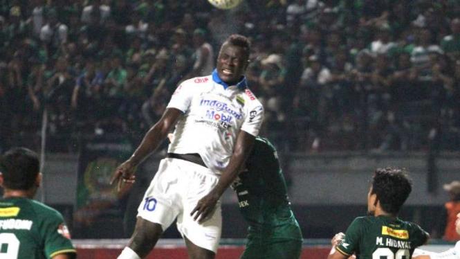 Duel Persebaya Surabaya vs Persib Bandung.
