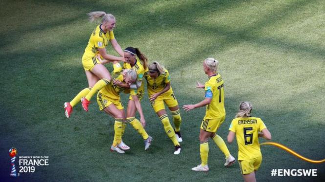 Pemain Swedia rayakan gol.