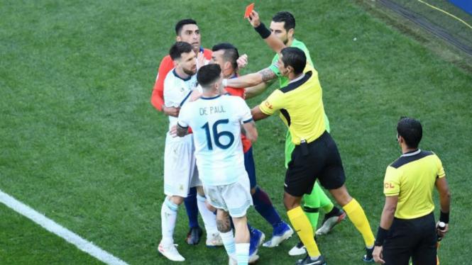 Kapten Argentina, Lionel Messi, berseteru dengan Gary Medel dan diusir wasit
