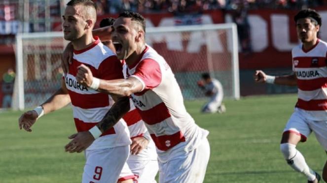 Pemain Madura United merayakan gol