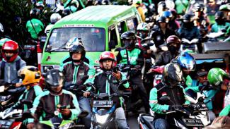 Berbanding Terbalik, Respon Gojek vs Grab Soal Aturan Tarif Ojol. (FOTO: Yulius Satria Wijaya)