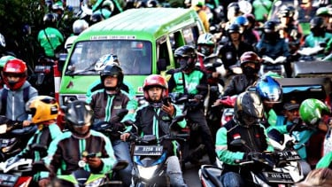 https://thumb.viva.co.id/media/frontend/thumbs3/2019/07/08/5d2284d511814-berbanding-terbalik-respon-gojek-vs-grab-soal-aturan-tarif-ojol_375_211.jpg