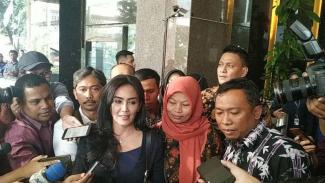 Baiq Nuril Makmun bersama Rieke Diah Pitaloka dan kuasa hukumnya.