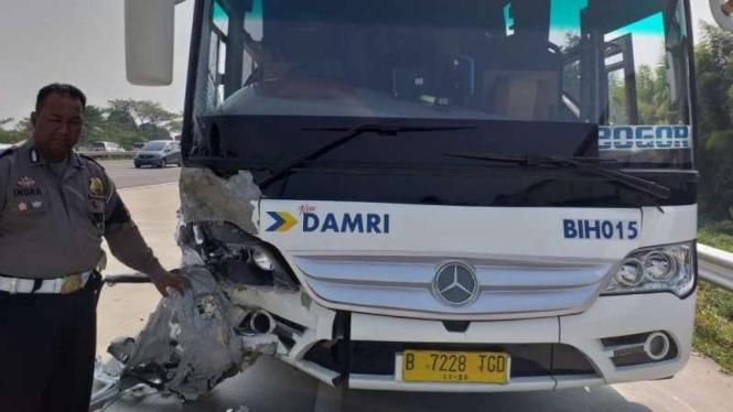 Bus Damri yang terlibat kecelakaan beruntun di Tol Jagorawi, Senin, 8 Juli 2019.