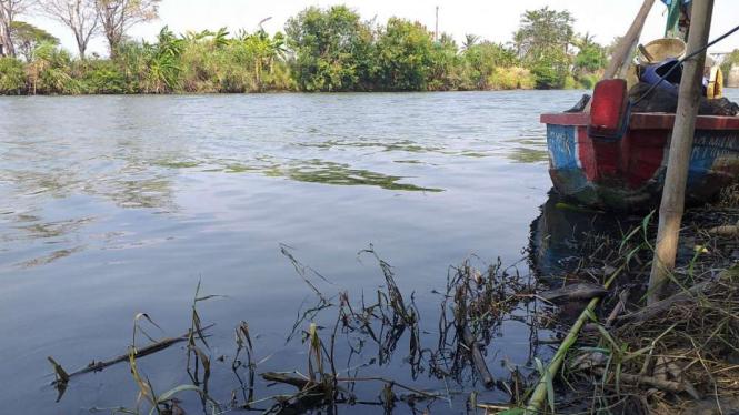 Sungai Ciujung yang menghitam dan beraroma busuk.