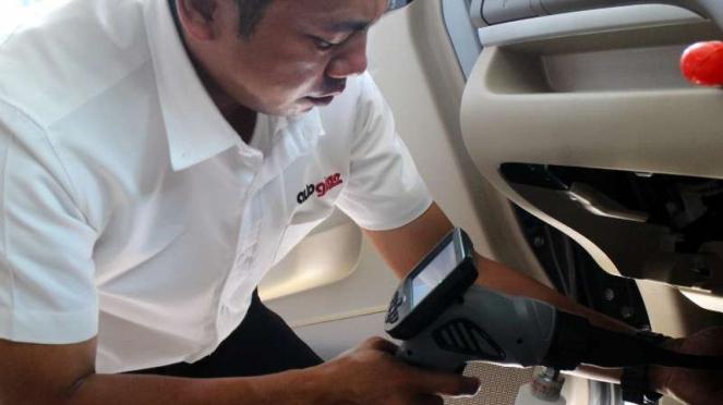 Bersihkan AC mobil pakai endoskopi