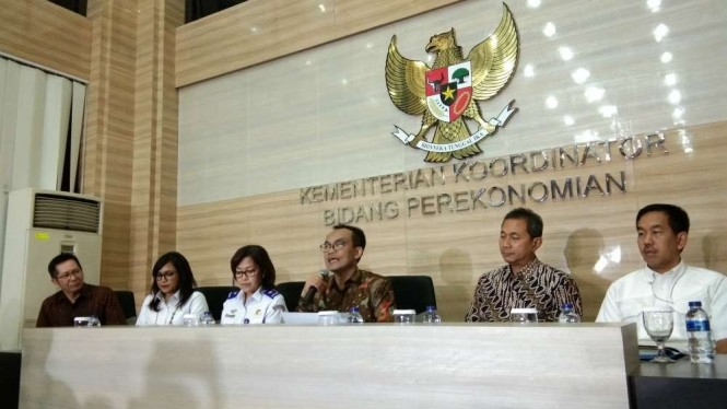 Sekretaris Kementerian Koordinator Perekonomian, Susiwijono Moegiarso. (tengah)