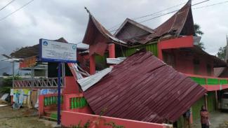 https://thumb.viva.co.id/media/frontend/thumbs3/2019/07/08/5d237284e130f-rumah-warga-rusak-diterjang-angin-puting-beliung-di-kabupaten-agam_325_183.jpg