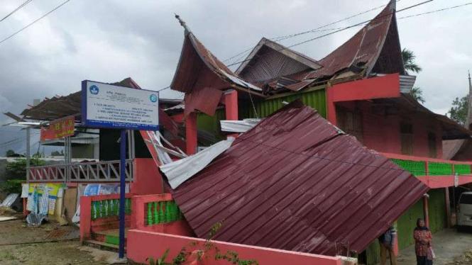 Rumah warga rusak diterjang angin puting beliung di Kabupaten Agam.