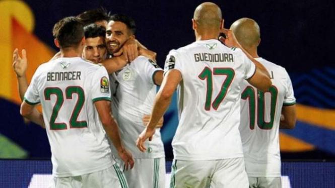 Pemain Aljazair rayakan gol.