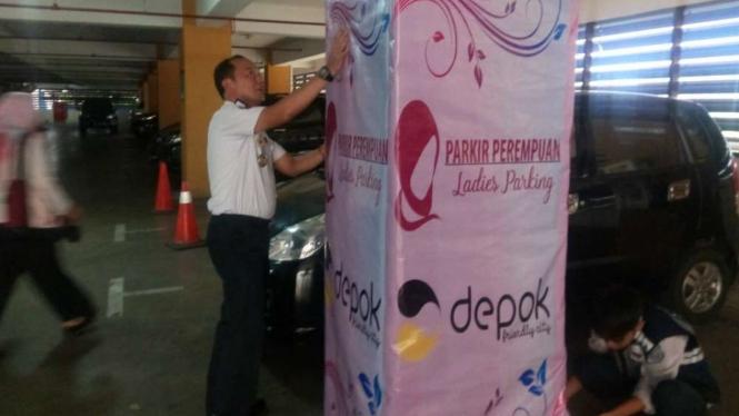 Pemasangan Spanduk Parkir Khusus Perempuan di Kota Depok.