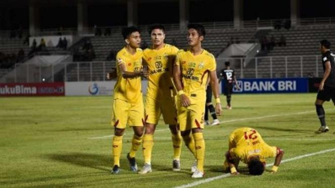 Pemain Bhayangkara FC melakukan selebrasi di Stadion Madya, Gelora Bung Karno.