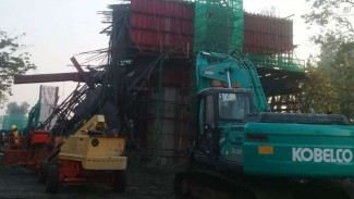 Sebuah tiang pancang beton proyek Tol Bogor Ring Road (BORR) seksi IIIA (Simpang Yasmin-Simpang Semplak) ambruk pada Rabu, 10 Juli 2019.