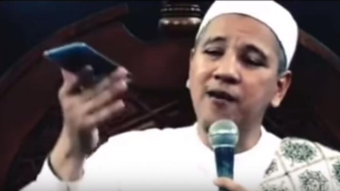Habib Novel menunjukkan ponsel Huawei