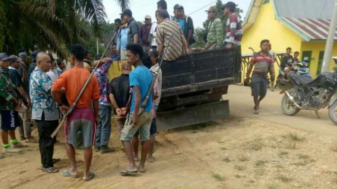 Bentrok antar warga di Desa Batanghari, Jambi