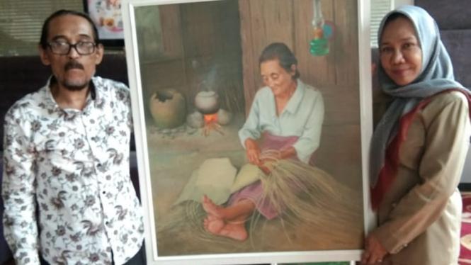 Pelukis M Yatim Saat Menyerahkan Hasil Lukisannya kepada Kadisbudpar Sumut
