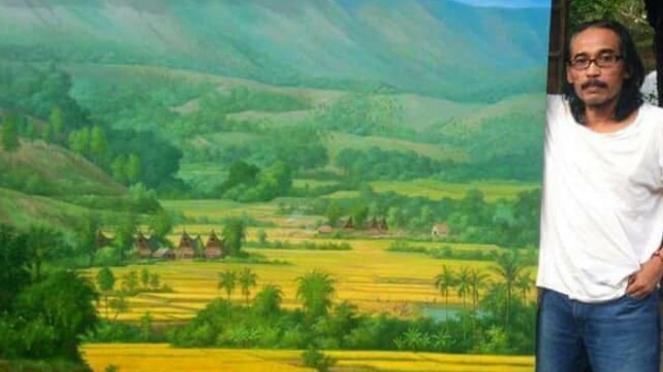 Pelukis M Yatim Saat Menyerahkan Hasil Lukisannya kepada ?Kadisbudpar Sumut