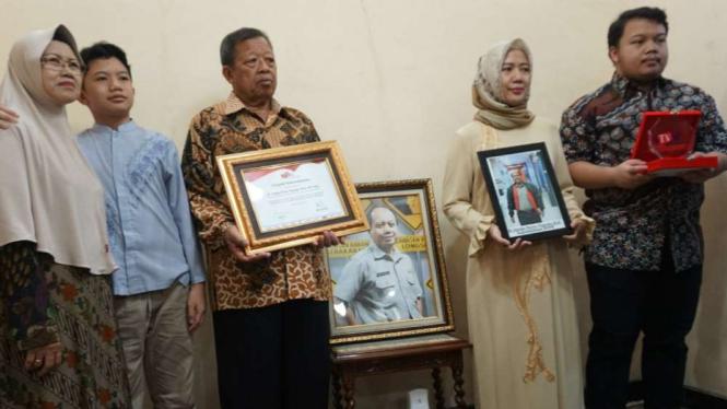Keluarga Sutopo menunjukkan penghargaan dari ATVSI.