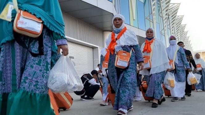 Jemaah haji Indonesia dari embarkasi JKS tiba di Bandara Madinah