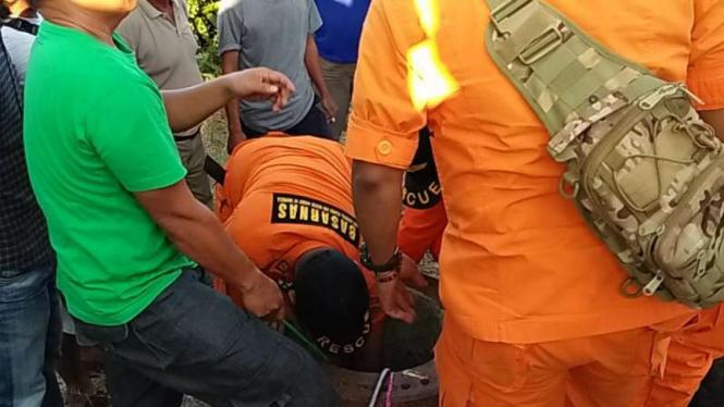 Tim SAR mengevakuasi seorang anak berusia tiga tahun yang terperosok ke dalam lubang paku bumi di area Pelabuhan Tanjung Api-Api, Kabupaten Banyuasin, Sumatera Selatan, Rabu sore, 10 Juli 2019.