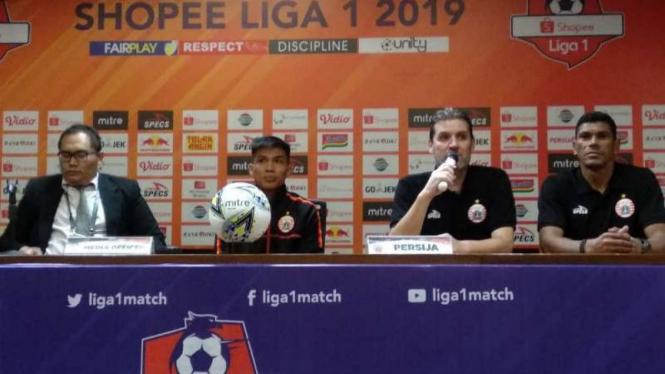 Pelatih Persija Jakarta, Julio Banuelos (kedua dari kanan).