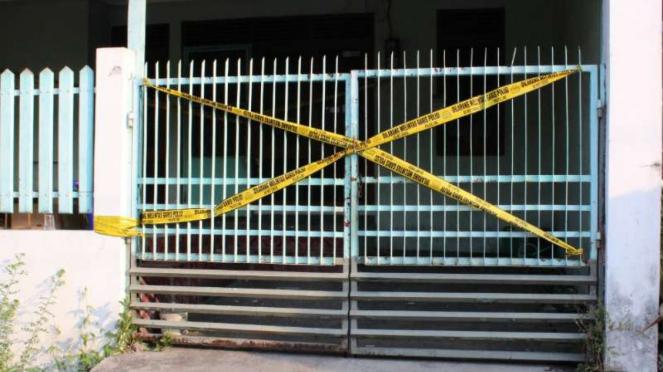 Polisi menggerebek sebuah rumah tempat memproduksi obat-obat palsu milik PT Jaya