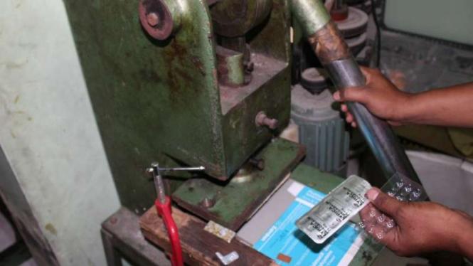 Polisi menggerebek sebuah rumah tempat memproduksi obat-obat palsu milik PT Jaya Karunia Investondo, Semarang, Jawa Tengah, Rabu, 10 Juli 2019.
