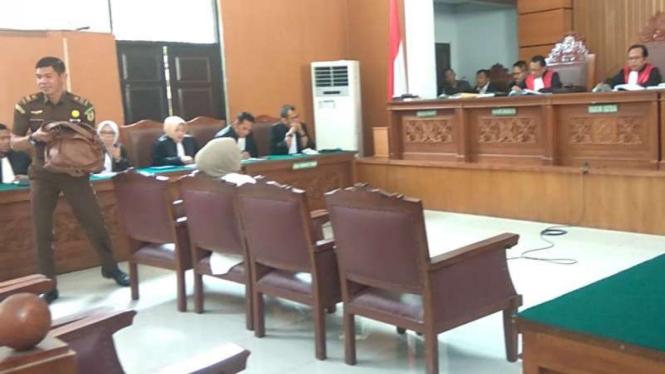 Petugas mengambil tas yang dipegang Ratna Sarumpet saat sidang vonis.