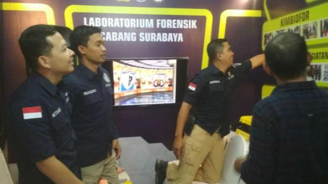 Labfor Polri cabang Surabaya dan peralatannya di pameran Hari Bhayangkara di lap