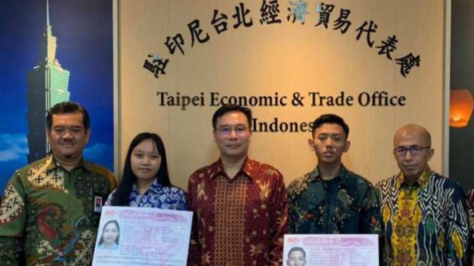 Penyerahan visa kloter pertama direct hiring pekerja Indonesia ke Taiwan.