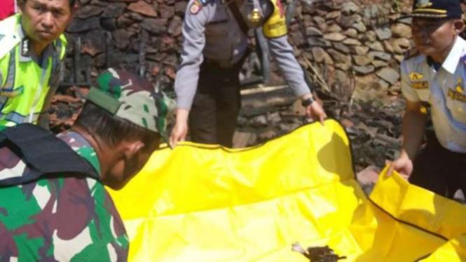 Cucu Saepudin (48), tewas terpanggang api di rumahnya, Garut, Jawa Barat.