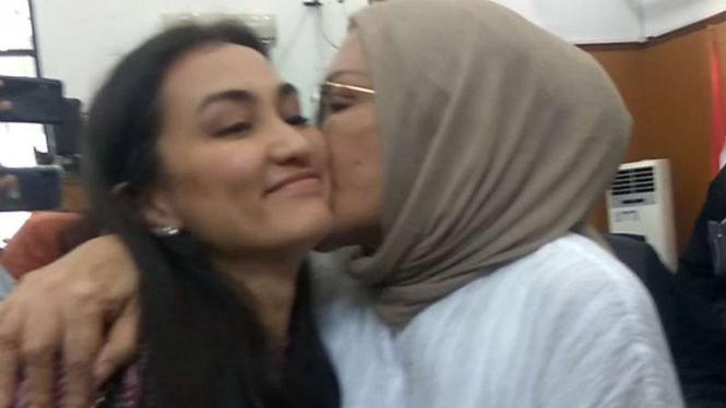 Ratna Sarumpaet memeluk anaknya Atiqah Hasiholan, usai sidang di PN Jaksel.