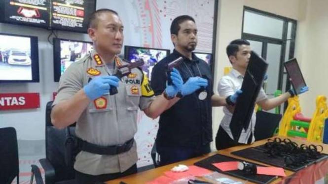 Kepala Polres Kota Tangerang Kombespol Sabilul Alif merilis foto tersangka perampok toko emas dan barang buktinya dalam konferensi pers, Kamis, 11 Juli 2019.